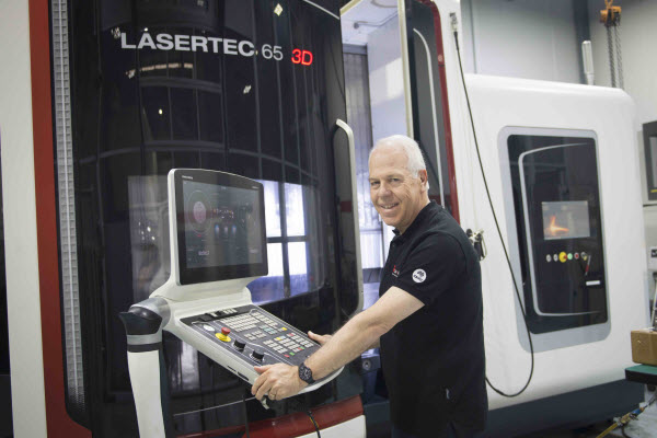 Man standing behind the Lasertec3D equipment